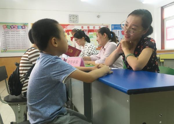一次审核80个号济宁高新区小学入学现场发放小学龙元图片