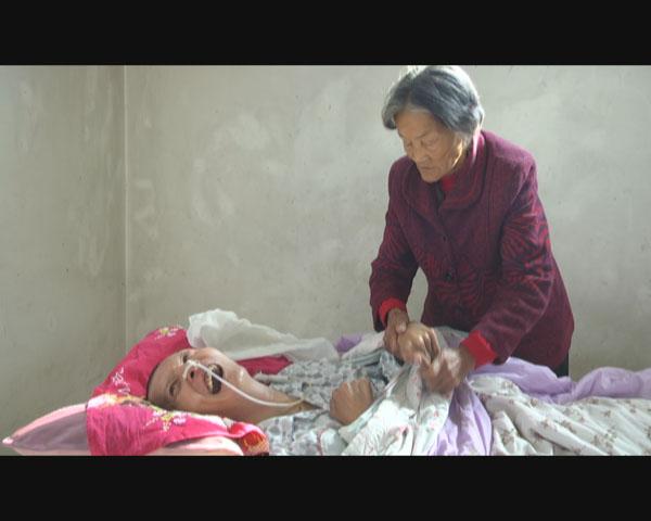七旬老母亲12年照顾植物人儿子 用爱唤醒奇迹!